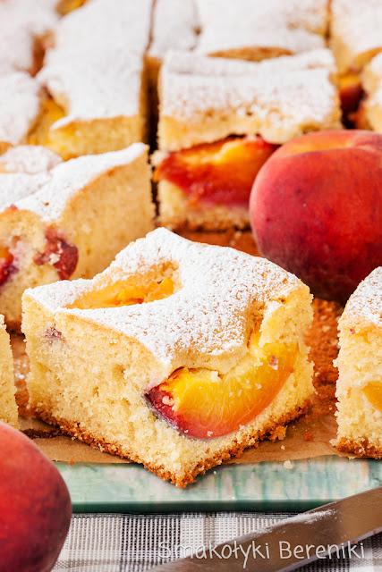 Ciasto ze świeżymi brzoskwiniami