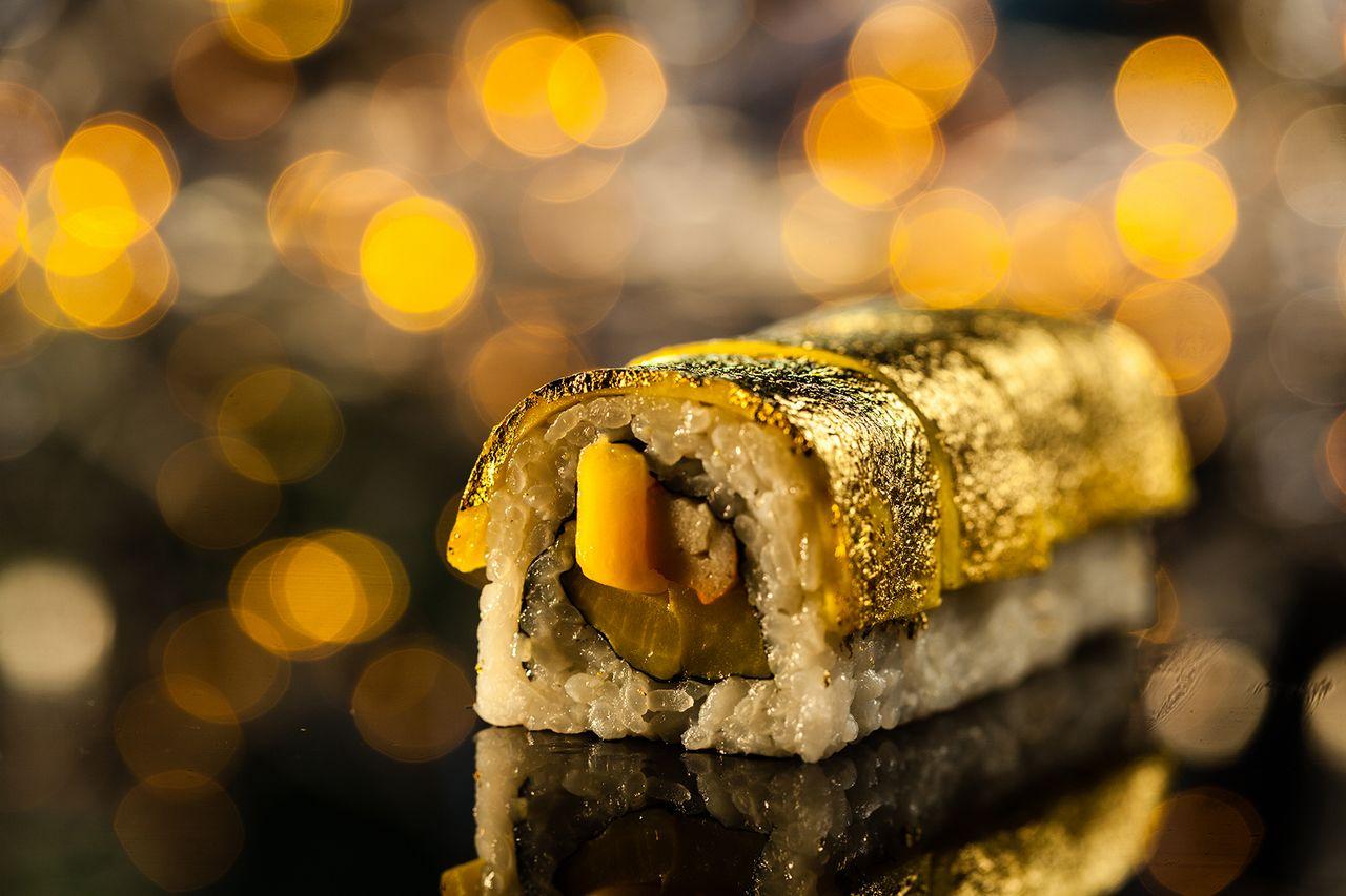 Makanan golden sushi bertabur emas (makina.ae)