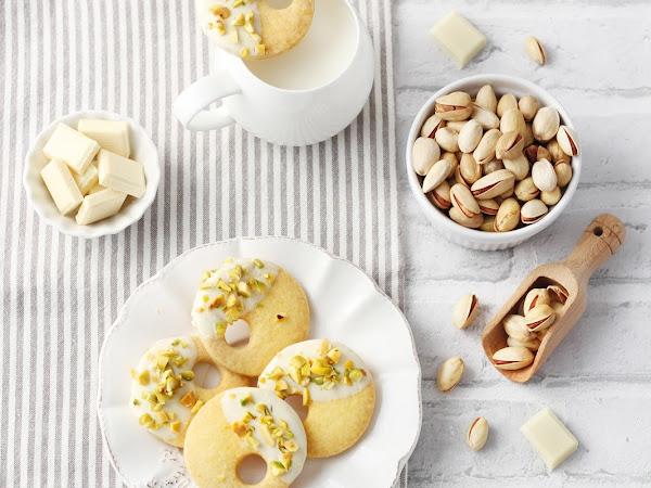 Sablé allo zafferano con cioccolato bianco e pistacchi