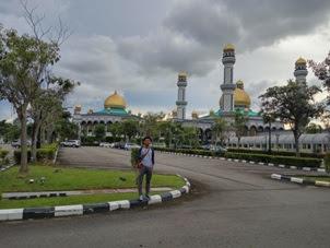 Masjid Jame' Asr Hassanil Bolkiah  Masjid terbesar di Brunei Darussalam dengan 29 Kubah Emas dapat diakses denngan bus no 01 dari terminal Kianggeh
