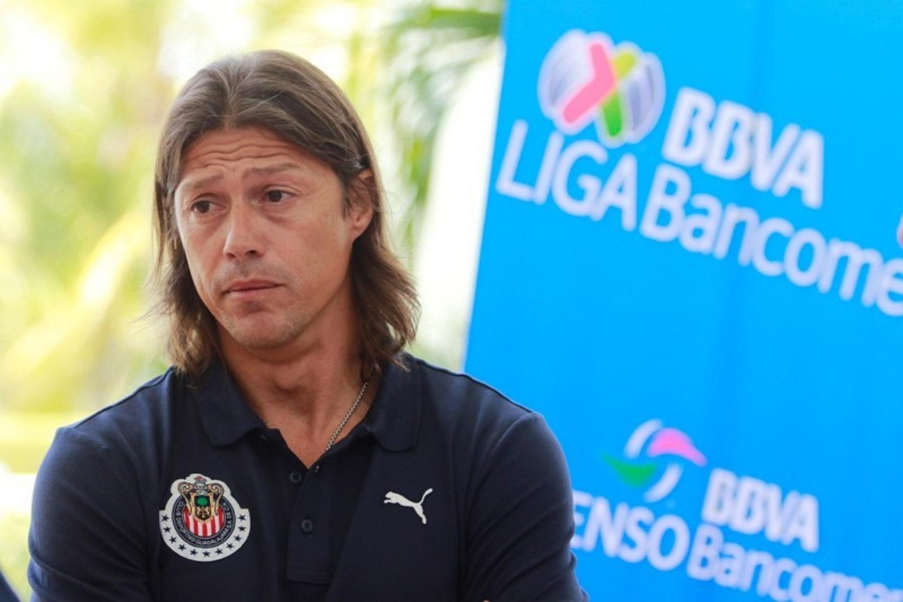 El DT de Chivas, captado durante el segundo día del Régimen de Transferencias de la Liga MX.