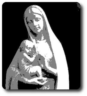 Fehér szobor fekete háttér előtt, Szűz Máriát ábrázolja, az anya gyerekét, a kisded Jézust ringatja születése napján, arcán szívélyes mosollyal.