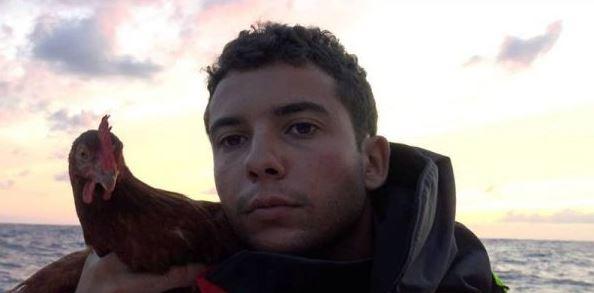 Luarbiasa!!! Pria Ini Bawa Ayam Peliharaannya Keliling Dunia Pakai Perahu.