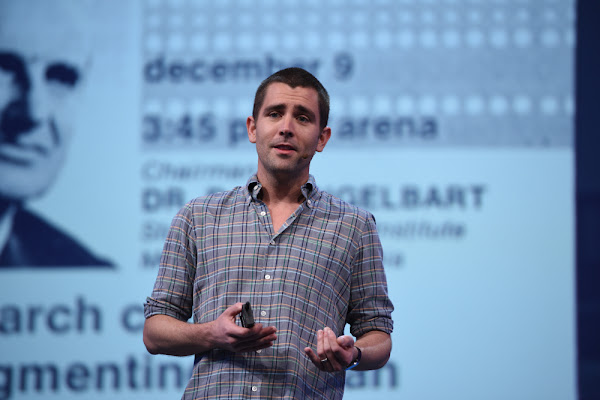 Chris Cox 在 Facebook F8 2016 進行技術演說,Facebook 提供