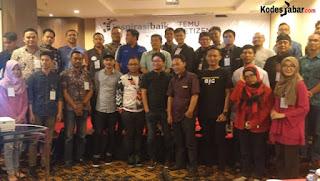 Foto bersama setelah selesai Dialog sharing ekonomi terkait E-Commerce, investasi, dan dukungan pemerintah dalam hal infrastruktur menuju pemerataan ekonomi