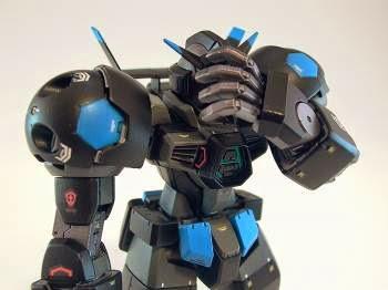 Un robot giocattolo che pone la mano sul viso