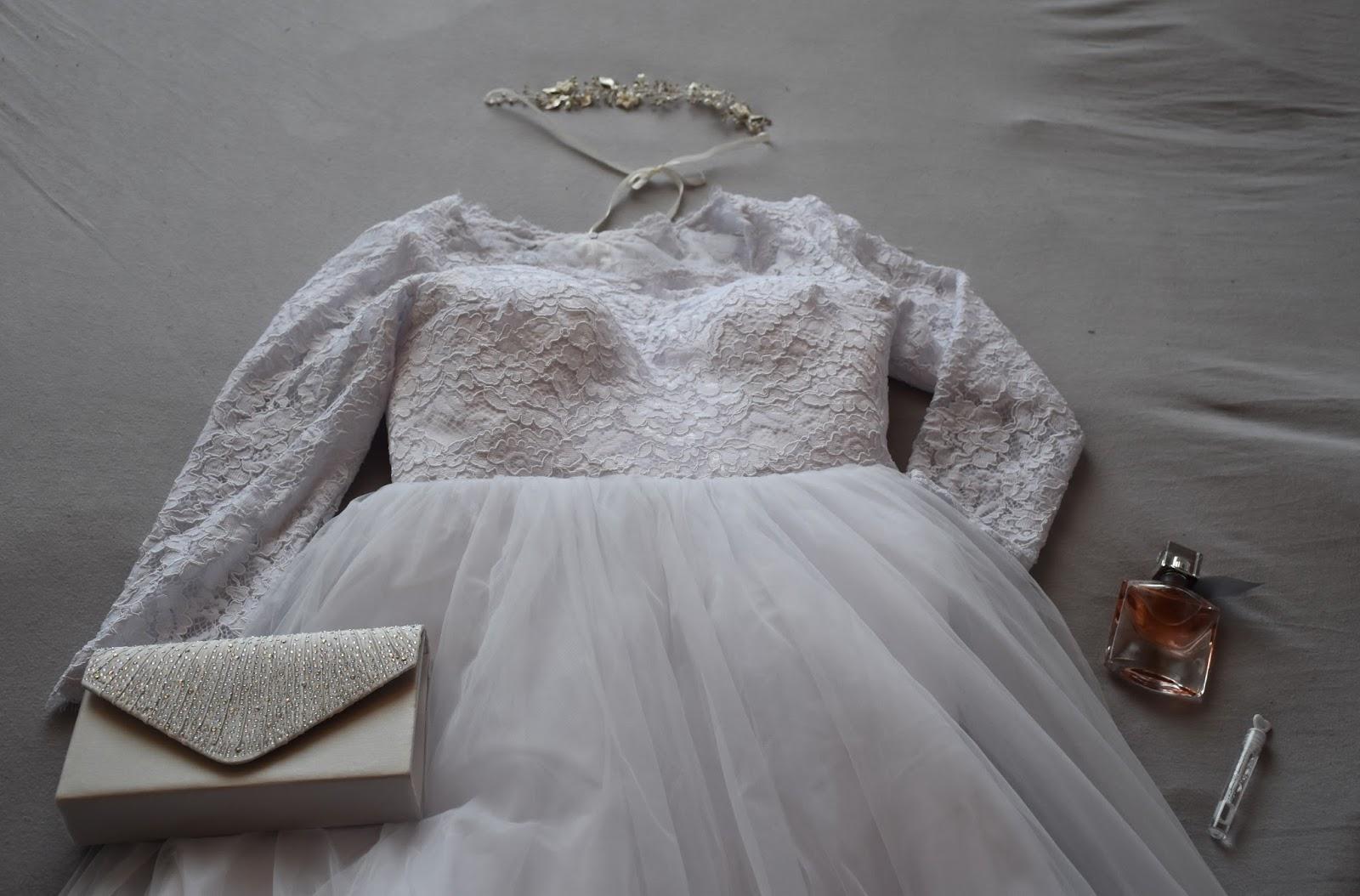 4de149f11766 Moje svadobné šaty sú samozrejme biele. Vrchná časť šiat je čipkovaná a na  nad prsiami je už priehľadná. Sukňa šiat je tylová a pod niekoľkými  vrstvami tylu ...