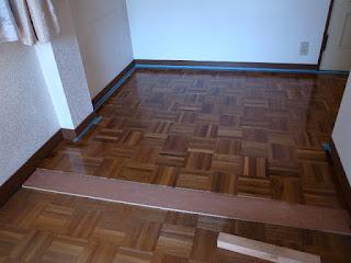 チークパーケットを住宅の床に施工