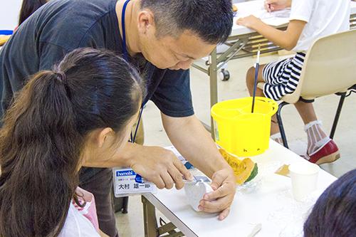 横浜美術学院の中学生教室 美術クラブ 「夏休み美術教室。」立体課題の指導風景