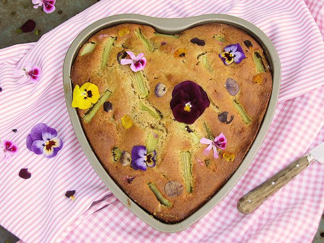 Recette bio facile de gâteau moelleux à la thubarbe et aux fleurs