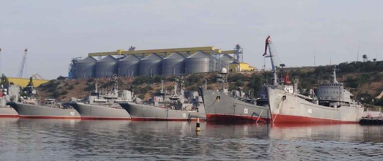 Sebastopol: bases navais russas servem de depósito de navios de guerra de uma outra era.