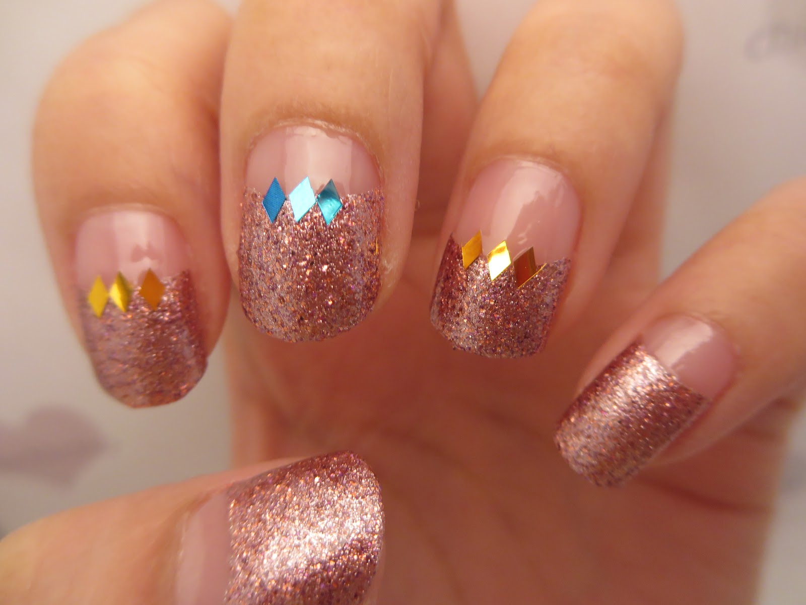 Sally hansen nail polish strips glitter french mani chichicho i havent painted my nails for months there are a few times when i sat myself down picked out some nail polishes that i wanted to use solutioingenieria Gallery