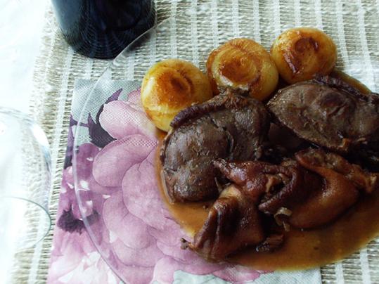 Peroleando carrilleras y manitas de cerdo estofadas for Cocinar manitas de cerdo