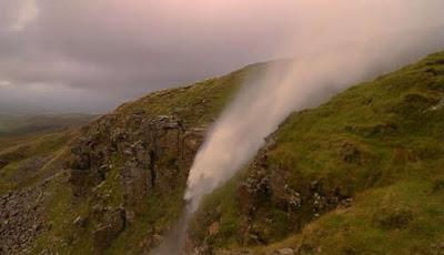 Fenomena air terjun naik ke atas