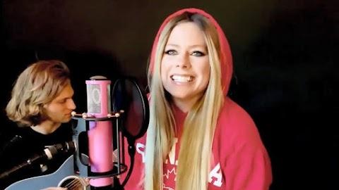 Avril Lavigne se presenta durante las celebraciones virtuales del Día de Canadá