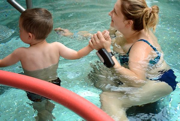 Chłopiec z mamą na basenie