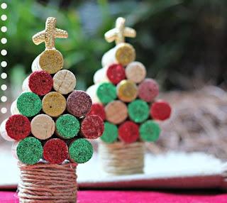manualidad arbolitos de navidad con corchos reciclados