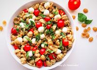 pasta-caprese -salad-summer-recipe-alfresco-dining-easy-healthy-mozzarella-balls-basil-garlic-balsamic-vinegar-black-pepper-olive-oil-Italian-recipes-