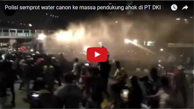 Ini Video Detik-detik Polisi Semprot Water Canon ke Arah Massa Pendukung Ahok