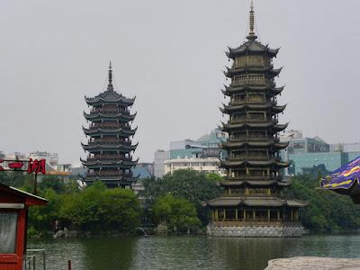 pagodas del sol y la luna guilin china