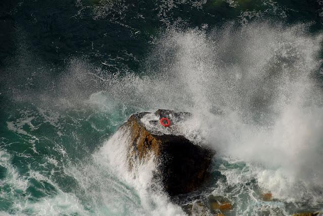 Salvavidas sobre rocas en cabo Peñas Asturias. Naufragios