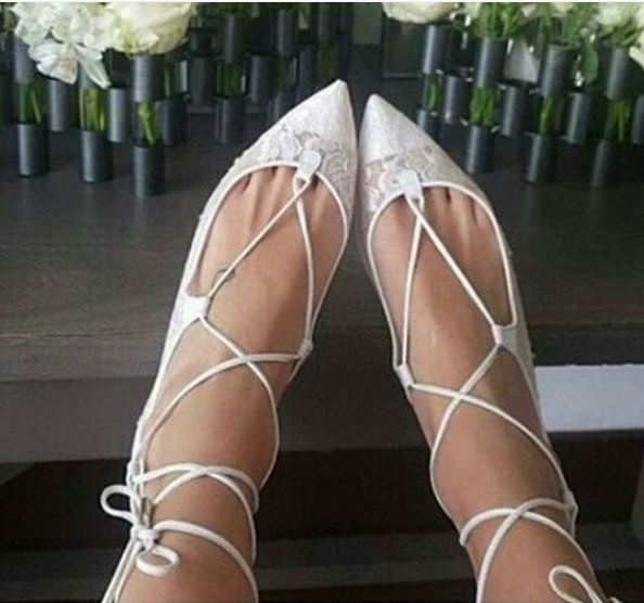 Foto dos pés da noiva sapatilha estilo bailarina