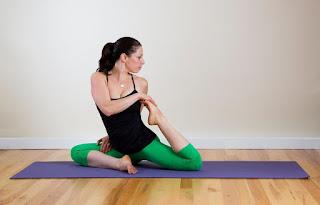 Tangtop hitam Manfaat Pose Yoga untuk Kesehatan Tubuh dan Tips memilih pakaian Yoga