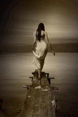 Resultado de imagen para mujer que se va por un camino
