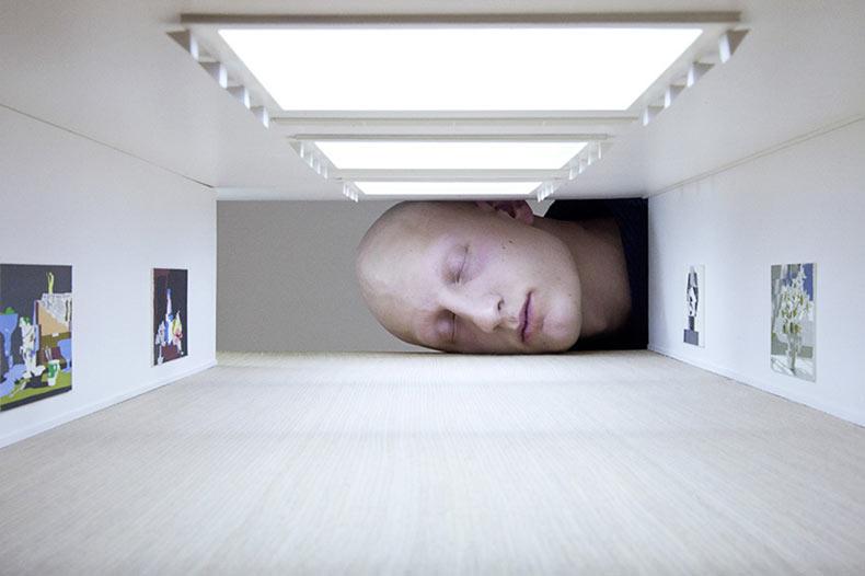Cabezas gigantes dentro de famosas galerías de arte por Tezi Gabunia