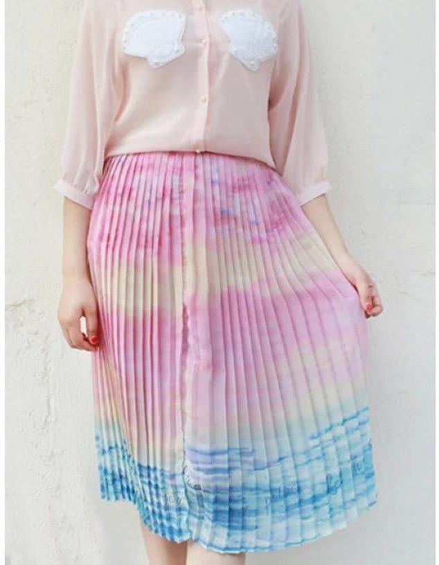 Saia midi plissada com estampa ombré rosa e azul, tão linda quanto um pôr do sol na praia!