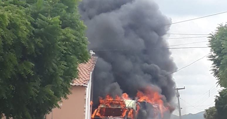 Resultado de imagem para ambulancia pega fogo em Triunfo PB