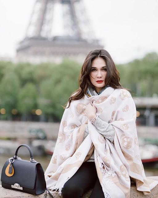 Cantiknya Luna Maya Saat berpose Foto di Paris