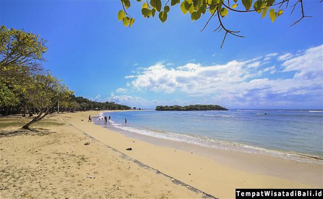 pantai nusa dua yang indah di pulau Bali