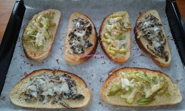 Crostoni con zucchine, funghi e formaggio - Grilled bread with zucchini, mushroom and cheese
