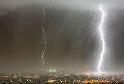 Μια εκπληκτική φωτογραφία από την Πάτρα: Ο κεραυνός και ο μαύρος ουρανός!