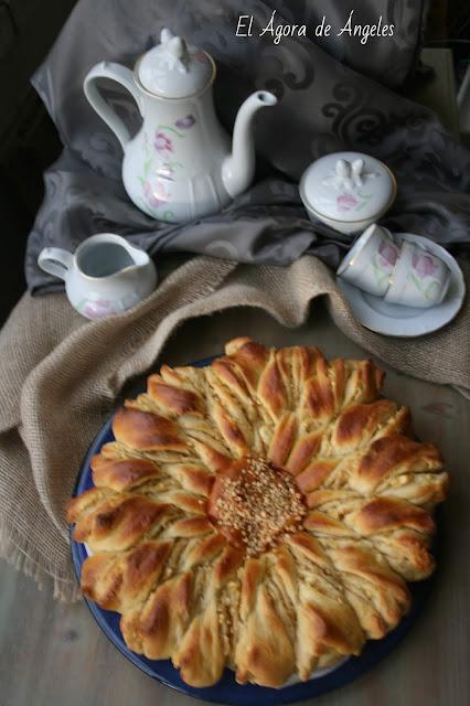 Flor de brioche rellena de manzana