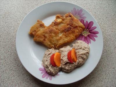 Πιατο με μια φέτα ψαριού και σκορδαλιά με καρύδι και ψίχα ψωμιού για συνοδευτικό,στολισμενο με φέτες ντομάτας και καρότου