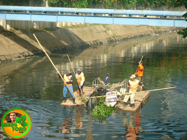 Menjelang musim hujan dinas kebersihan DKI Jakarta giat membersihkan sungai