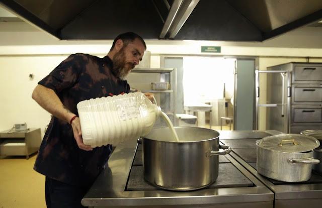 Στην κουζίνα του Τζανείου ο Ιάκωβος Απέργης δίνει έναν αγώνα για τους ασθενείς