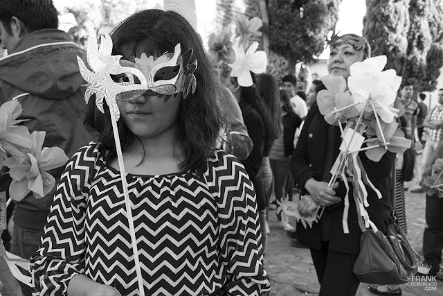 niña con antifaz de carnaval