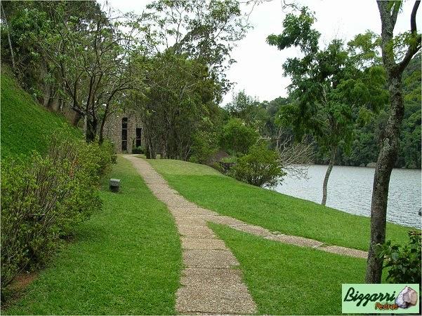 Construção do caminho com pedra com pedregulho de rio com a construção do lago e a execução do paisagismo no Atibaia Clube da Montanha.