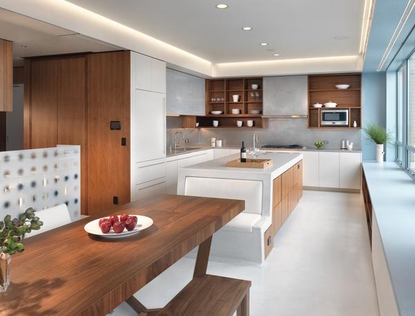Dapur dengan plafon yang indah dan mejanya berada di tengah