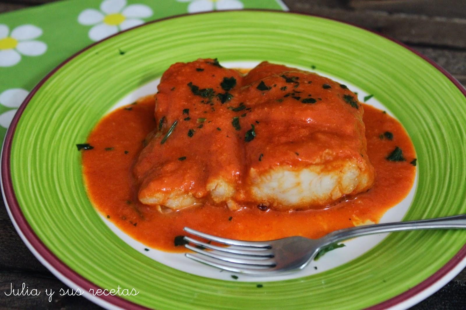 Merluza en salsa de pimientos de piquillo. Julia y sus recetas