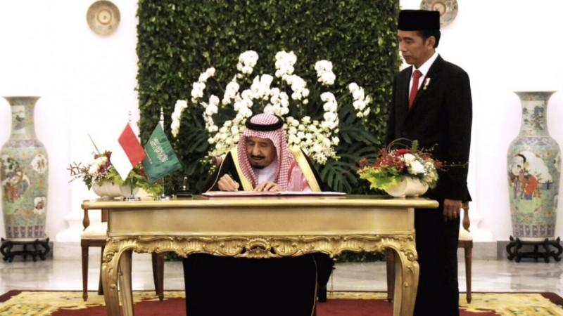 Raja Salman menandatangani buku tamu di Istana Negara