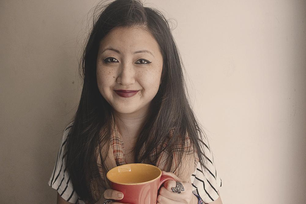 garota-tomando-chá-caneca