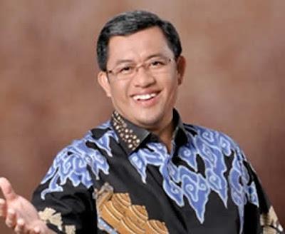 Biografi Ahmad Heryawan  H. Ahmad Heryawan, Lc. merupakan gubernur Jawa Barat periode 2008 hingga 2013  mendatang. Pria kelahiran Sukabumi, 19 Juni 1966 ini, merupakan gubernur Jawa Barat  pertama yang dipilih langsung oleh masyarakat Jawa Barat. Bersama Dede Yusuf,  mereka berdua diajukan oleh koalisi Partai Keadilan Sejahtera (PKS) dan Partai  Amanat Nasional (PAN). Pada saat itu, beliau dan wakilnya merupakan calon gubernur  dan wakil gubernur termuda dibandingkan calon lainnya.  Pada Pilkada Jawa Barat 2013 Ahmad heryawan kembali menang sebagai Gubernur Jawa  Barat berpasangan dengan artis senior Dedy Mizwar Pendidikan SD dan SMA Heryawan diselesaikan di Sukabumi, Jawa Barat. Sedangkan  pendidikan sarjana beliau selesaikan di Fakultas Syariah LIPIA Jakarta pada 1992.  Selepas menyandang gelar sarjana, Heryawan mengajar di beberapa perguruan tinggi.  Beberapa di antaranya adalah Ma'had Al Hikmah, Dirosah Islamiyyah Al Hikmah, Universitas Ibnu Khaldun Bogor, Fakultas Ekonomi Universitas Indonesia Jakarta, dan  Pusat Studi Islam Al Amanar.  Sebelum menjadi Gubernur Jawa Barat, Heryawan dikenal sebagai politikus dan  mubaligh. Suami dari Netty Prasetiyani ini pernah berkiprah sebagai anggota DPRD  DKI Jakarta pada 1999. Pada 2004 hingga 2009, bapak 6 orang anak ini juga pernah  diamanahi sebagai Wakil Ketua DPRD Provinsi DKI Jakarta. Pada