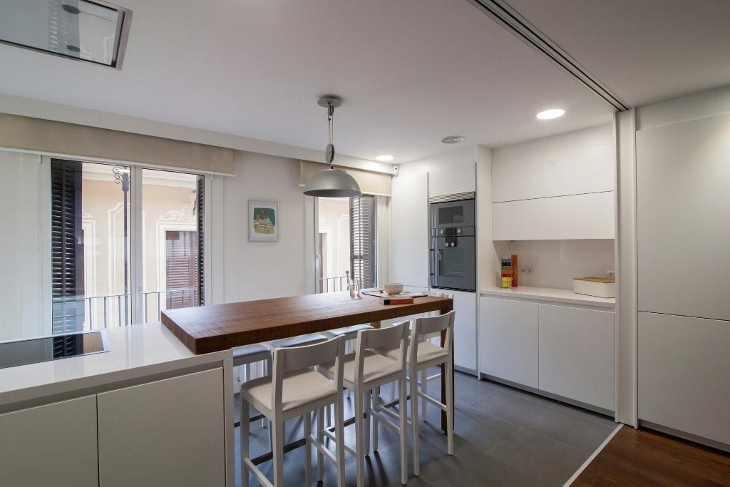 Mesas de madera un complemento ideal para las cocinas for Mesa cocina madera maciza