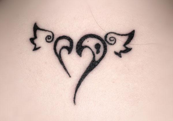 le blog de pierre tatouage avec un motif coeur. Black Bedroom Furniture Sets. Home Design Ideas