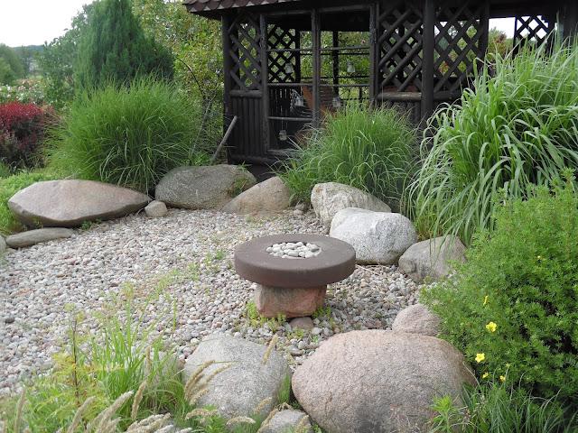 altana, miskanty, kamień w ogrodzie
