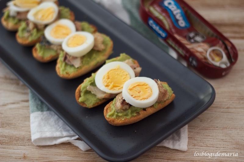 Aperitivos de biscotes con guacamole y melva al grill
